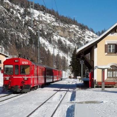 В Европе мощный ураган сдул поезд
