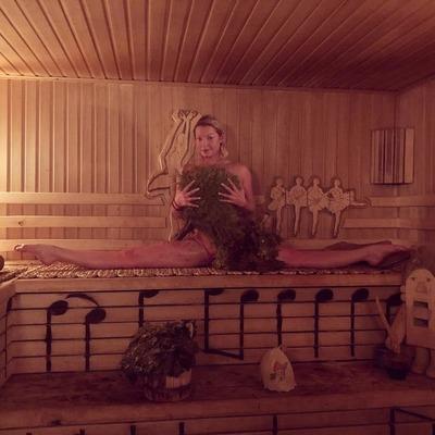 Анастасия Волочкова съехала с лестницы на шпагате (видео)