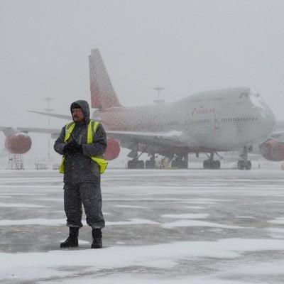 В аэропортах Москвы задержано уже почти 60 рейсов