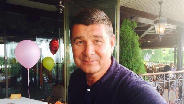 Беглый украинский «регионал» поздравил Пэрис Хилтон спомолвкой