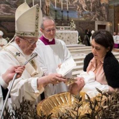 Папа Римский разрешил женщинам оголять грудь в церкви