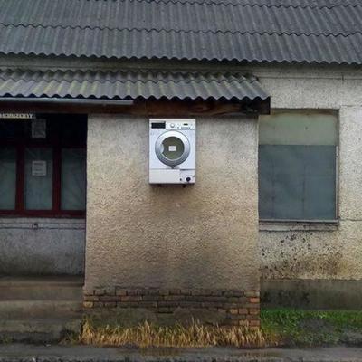 «Чтобы в доме место не занимала»: пользователей соцсетей порадовала стиральная машина на стене дома в Луцке