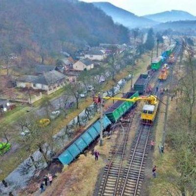 На Закарпатье сошел с рельсов поезд (фото, видео)