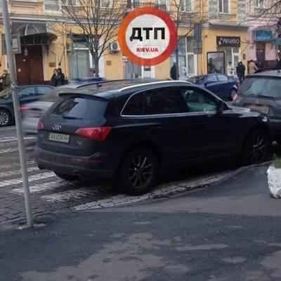 В Киеве автохам на элитном внедорожнике припарковался посреди перехода