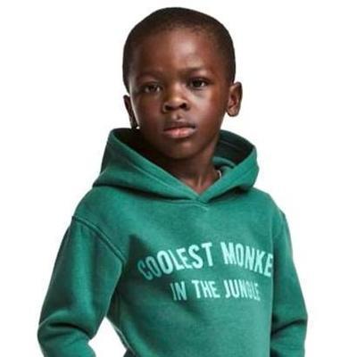 Мать чернокожего мальчика из рекламы H&M не видит в ней расизма