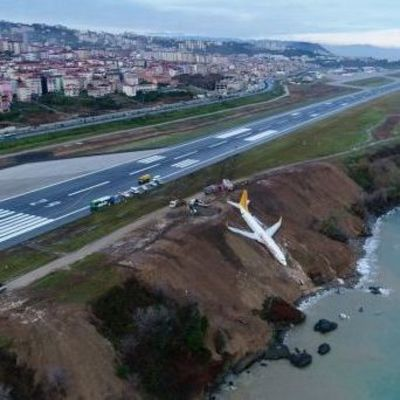 В Турции самолет чуть не упал в море (фото, видео)