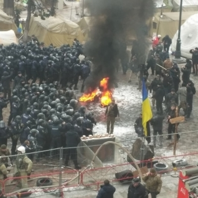 Под Радой произошла стычка: несколько митингующих начали поджигать шины (фото)