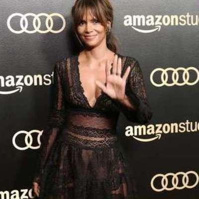 Холли Берри в пикантном полупрозрачном платье оказалась в центре внимания