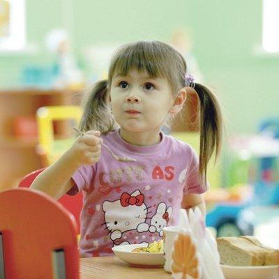 Сельдь с луком и кости: чем кормят в детсадах Киева