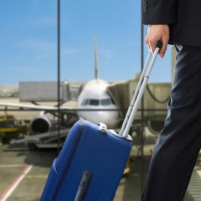 Пассажир надевший восемь пар штанов и десять футболок не смог попасть на борт ни одного самолета