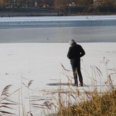 Киевлян просят не гулять по льду озера Тельбин даже в сильный мороз