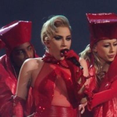 Леди Гагу подвел костюм: певица устроила своим поклонникам стриптиз на концерте