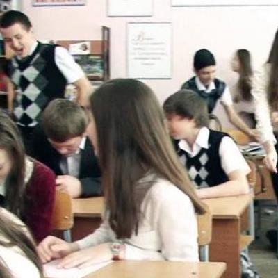 В Херсоне пьяная мамаша жестоко избила школьников (видео)
