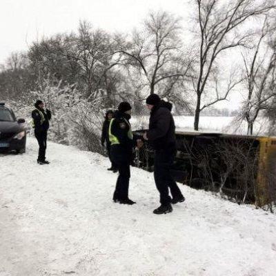 На Днепропетровщине автобус с пассажирами слетел в кювет и перевернулся