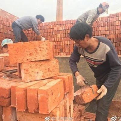 В Китае рабочим выдали зарплату в кирпичах