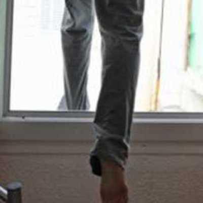 В Днепре мужчину, который пытался выпрыгнуть с десятого этажа удалось впоймать за ногу