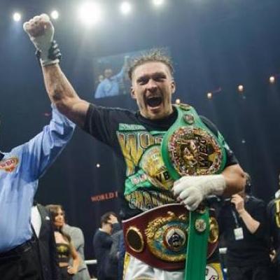 Украина гордится тобой: Порошенко поздравил Усика с победой