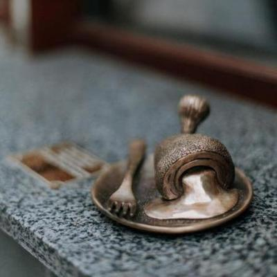 Котлета из бронзы: в Киеве устанавливают миниатюрные скульптуры