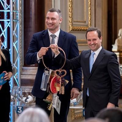 Кличко в Лиссабоне передал символические ключи от Евровидения мэру города
