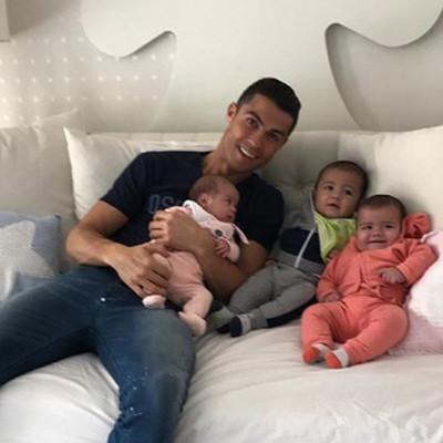 Криштиану Роналду показал, как проводит время с возлюбленной и детьми