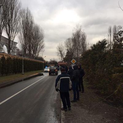 Порошенко должен уйти в отставку: появились фото поездки сторонников Михо к дому Порошенко