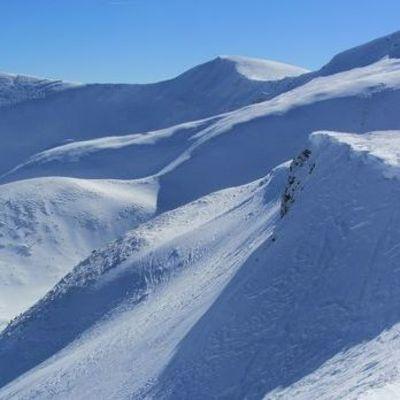 Спасатели нашли живыми сорвавшихся со снежного карниза в Карпатах туристов