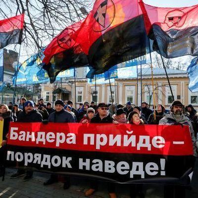 «Бандера придет - порядок наведет»: В Киеве активисты провели акцию протеста под посольством Польши