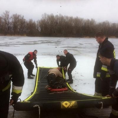 В Днепре под лёд провалилось трое мужчин (фото)