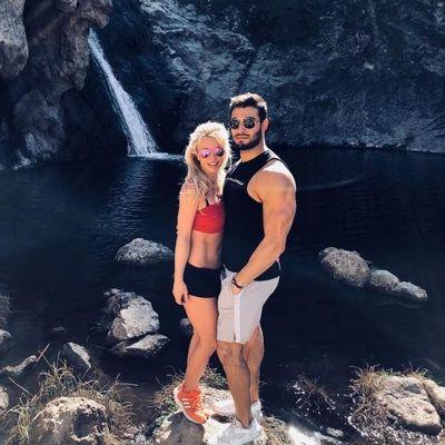 В топе и мини-шортах: Бритни Спирс в объятиях бойфренда сфотографировалась на природе