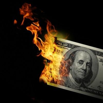 Двое китайцев сжигали доллары в ресторане, чтобы выяснить, кто из них богаче