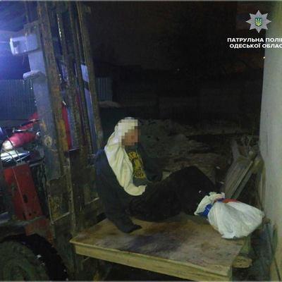 Поздно вечером в Одессе спасли мужчину, который примерз к крыше