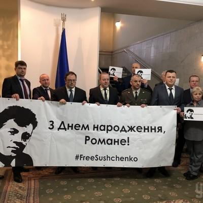 В посольстве Украины в Москве прошёл флешмоб в день рождения Сущенко (фото, видео)