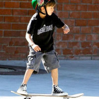 Мальчик на скейте, которого сбил на дороге Mini Cooper, умер в больнице