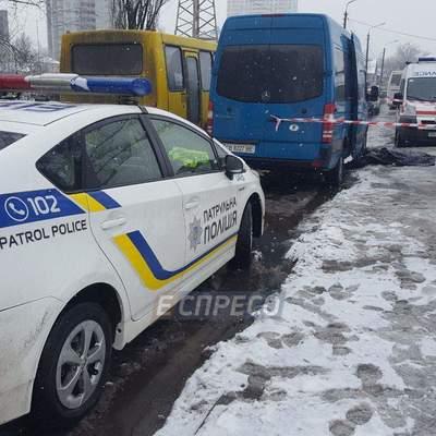 В Киеве конфликт на автобусной остановке закончился кровавой поножовщиной (фото)