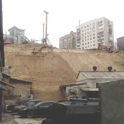 В Киеве произошел обвал на стройке: есть пострадавшие