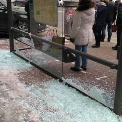 В центре Киева разбили остановку транспорта (фото)