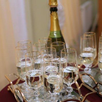 В Одессе влюбленные одновременно открыли более 200 бутылок шампанского установив новый рекорд Украины
