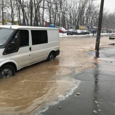 Голосеево стало озером: вода сорвала асфальт и жители перебираются вплавь (видео)