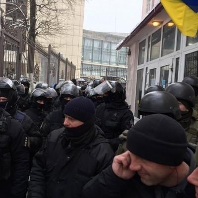 У Соломенского суда Киева ранили полицейского