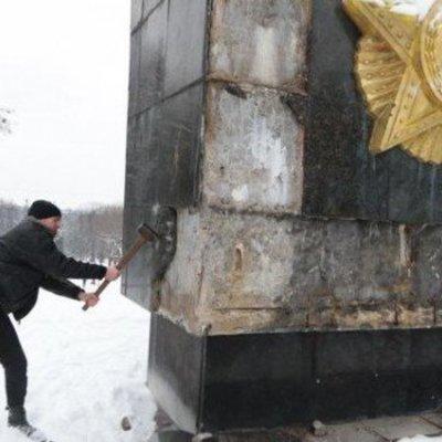 Во Львове разбили молотком плиты и написали «памятник оккупантам» на Монументе славы