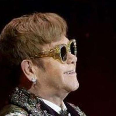 Элтону Джону во время выступления едва не выбили зубы прямо