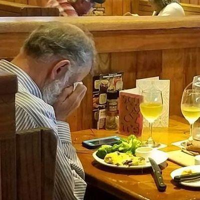 Берегите своих любимых: щемящее фото вдовца в ресторане