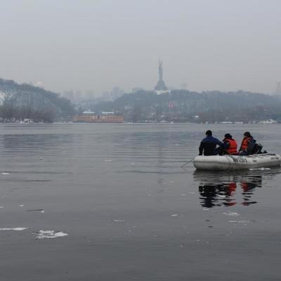 В Киеве студентка спрыгнула с моста Патона: ведутся поиски (видео)