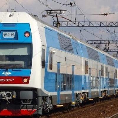 Под Киевом поезд сбил юношу в наушниках