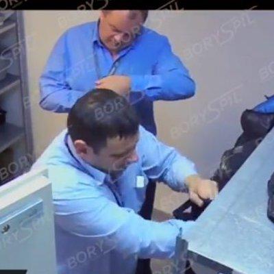 Аэропорт «Борисполь»: работники роются в чужих вещах (видео)