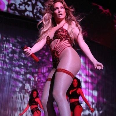 Дженнифер Лопес разделась на сцене (фото)