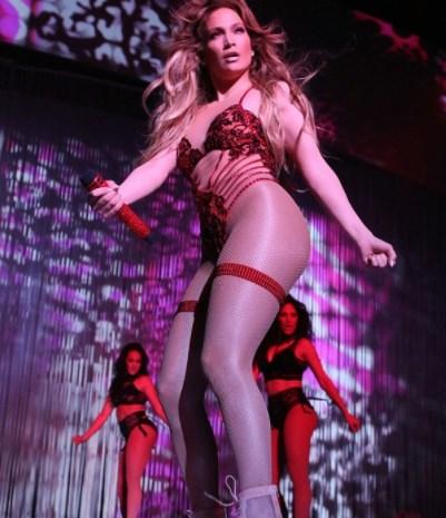 Певица разделась на сцене, ухоженные женщины