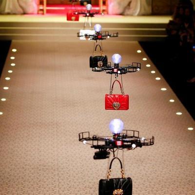В Милане моделей заменили летающими дронами на показе Dolce & Gabbana (фото)