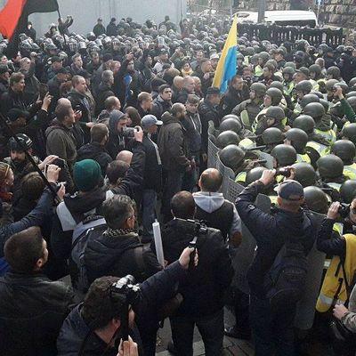 Под Радой начались столкновения: митингующие забрасывают вход покрышками