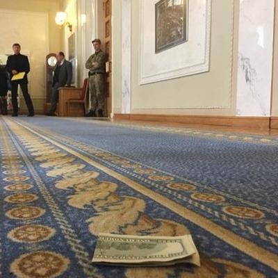 В кулуарах Рады кто-то из нардепов потерял 200 долларов: растеряшу ищут, чтобы вернуть деньги